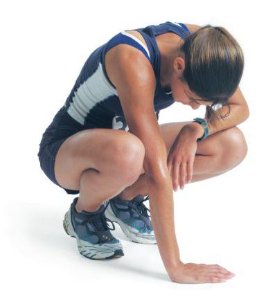 20'Lİ YAŞLAR  20'li yaşlarda kemik yapınız oldukça güçlüdür. Bu yaşlarda gelecek için yeterli oranda kalsiyum alıp, kaslarınızı güçlendirmek için ağırlık çalışabilirsiniz.  Hata 1: Kardiyo çalışmasına ağırlık vermek  Çözüm: Gereğinden fazla kardiyo çalışması yapmak, kaslara zarar verebilir. Kas kaybı, güç kaybı anlamına gelir ve bu metabolizmayı yavaşlatarak, kilo alımına sebep olur. Bu nedenle öncelikle 30 dakika ağırlık çalışıp sonra 20 dakika kardiyo egzersizleri yaparak bir denge kurmaya çalışın. Böylelikle kardiyo egzersizleri sizi çok yormadan ağırlık çalışmanızı yapmış olursunuz.  Hata 2: Çok fazla ağırlık çalışması yapmak Çözüm: İleri yaşlarda doğal olarak yaşanacak kemik rahatsızlıklarından önce, erken yaşlarda kasları güçlendirmek çok önemli. Ayrıca bu, vücudunuzu güçlendirmeye, kilonuzu dengede tutmaya da yarar. Düşük ağırlıklarla, çok tekrar yapmak, aşırı şekilde kas oluşmasına sebep olmaz, sadece vücudunuzu şekillendirir. Ağırlık çalışmasında en iyi sonucu almak İçin yüksek ağırlıkla ve az tekrar (6 ile 8) çalışın. Bu şekilde çalışmak, metabolizmanızın birkaç saat boyunca hızlanmasını sağlayacak. Eğer spor salonuna gitmiyorsanız, şınav çekmek gibi birkaç kası aynı anda çalıştıran basit hareketleri evde de yapabilirsiniz. 20'li yaşlar, sporu hayat tarzınız haline getirebileceğiniz yaşlardır, o yüzden de spor seanslarınızı daha etkin şekilde geçirmenin yollarını bulmaya çalışın.